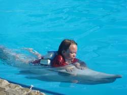 Maria bei der Delphintherapie auf der Krim