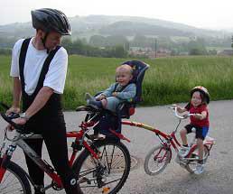 Maria mit ihrem Kinderrad im Schleppbetrieb mit ihrem jüngsten Bruder am Kindersitz
