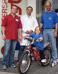 Maria konnte ihr neues Rad in Empfang nehmenHerr Banhuber, Herr Zauner, Maria, Martin ( v.l.n.r.)
